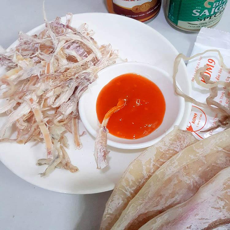 Món nhậu đơn giản đãi khách mực nướng Kom9